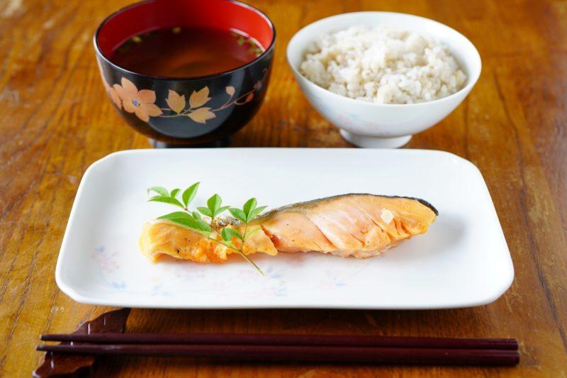 一汁一菜 鮭、味噌汁とご飯