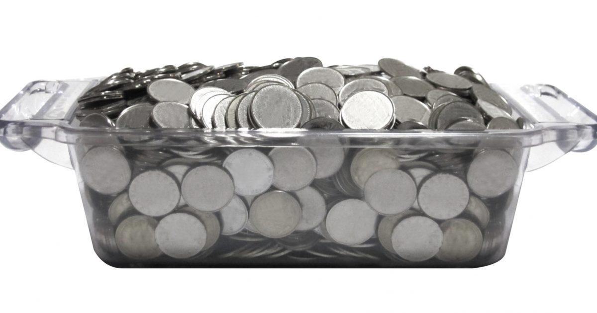 器に入った銀色のコイン