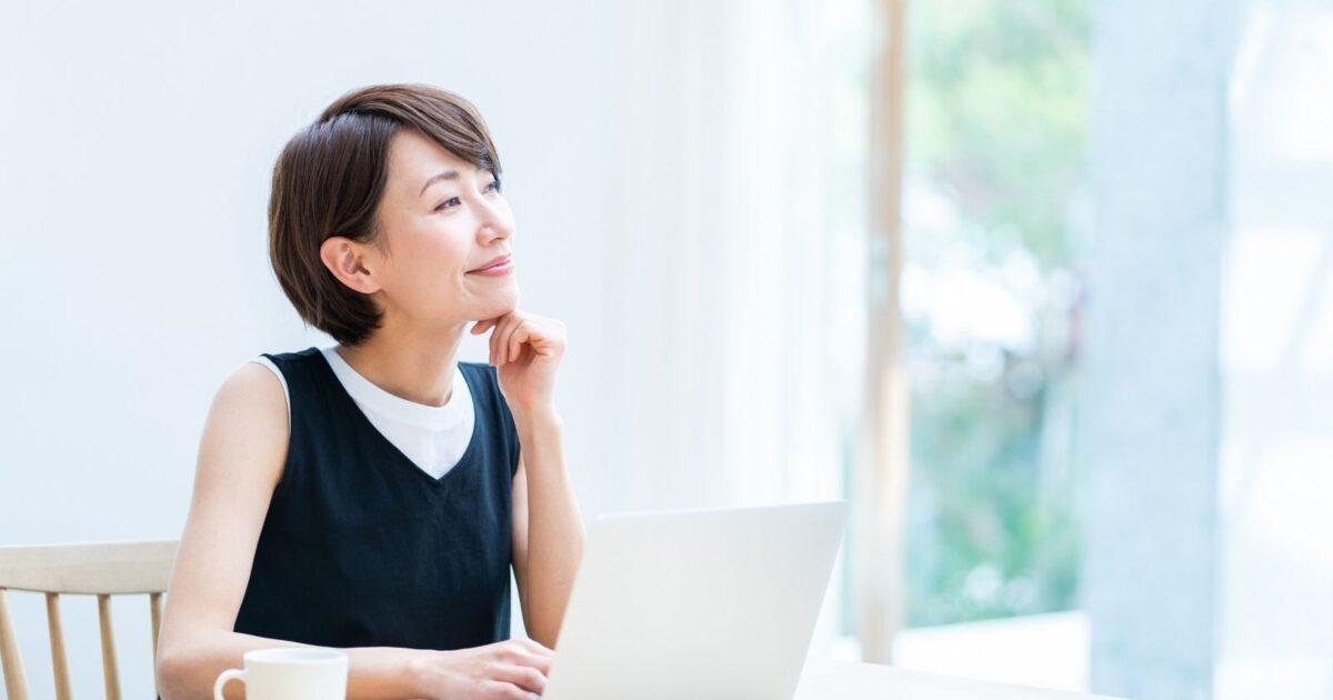 ブログ運営について考える女性